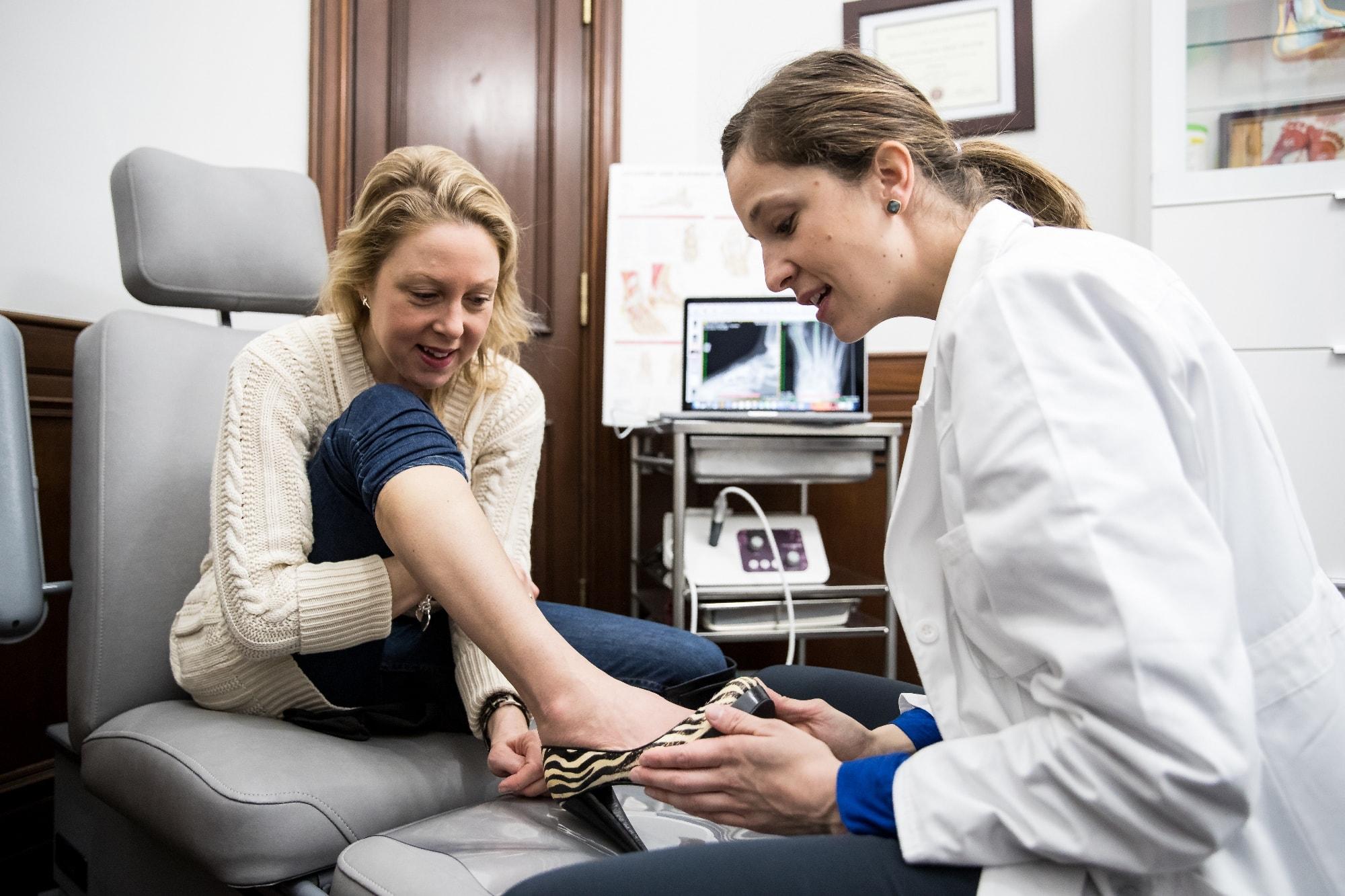 Podiatre en consultation à la Clinique de chirurgie du pied de Montréal